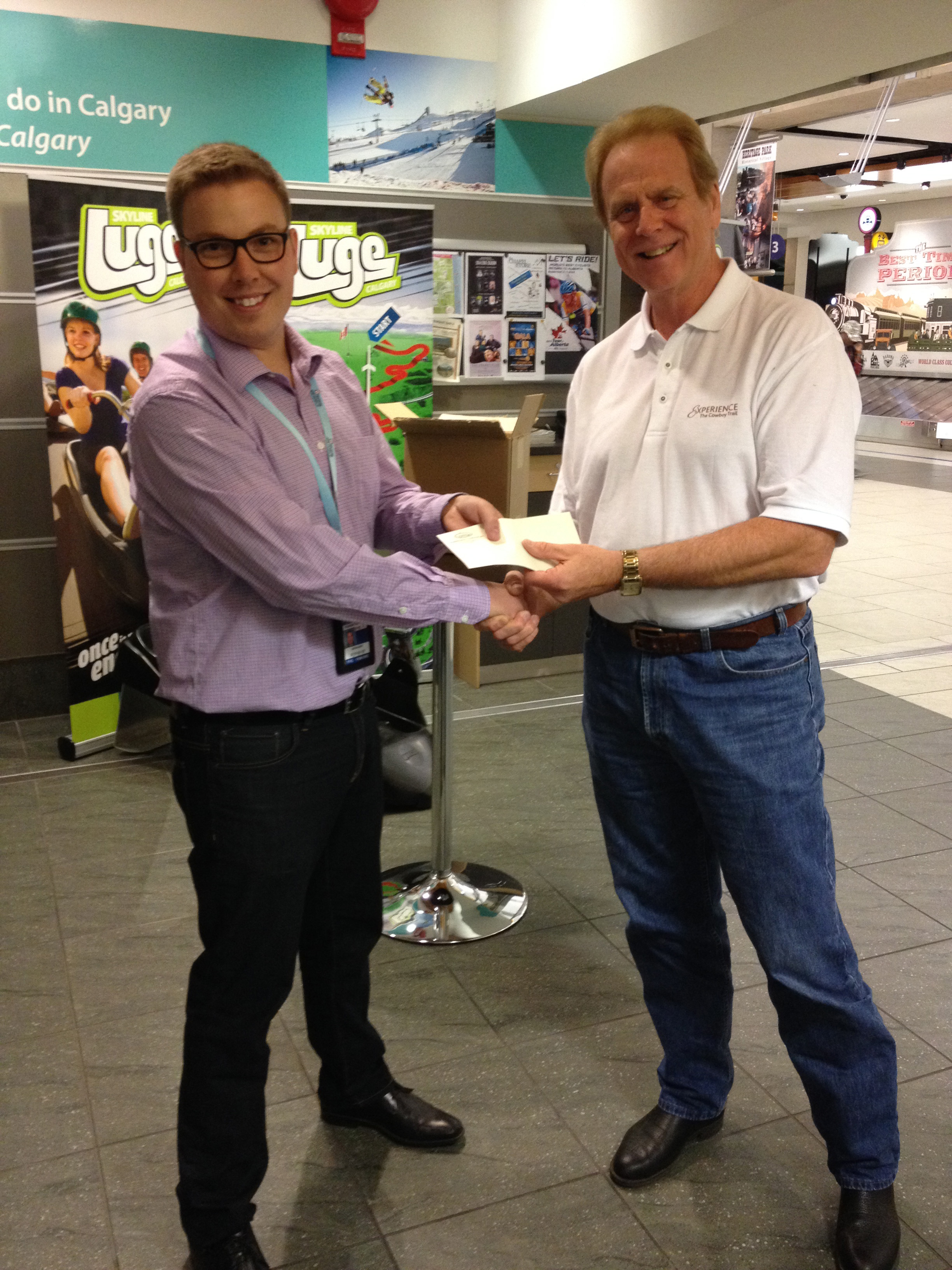 Bob Harris (right)awarding early bird prize to Carl Ceder